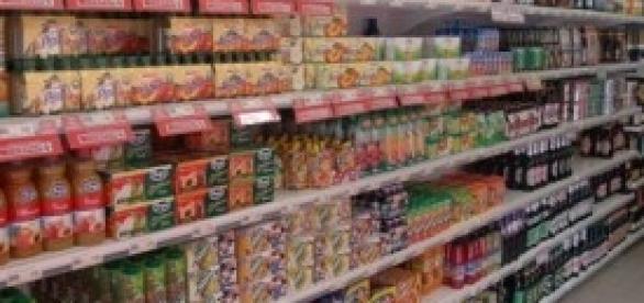 Classico scaffale di un supermercato