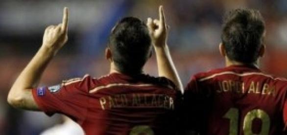 Paco Alcàcer celebrando el gol junto a Jordi Alba