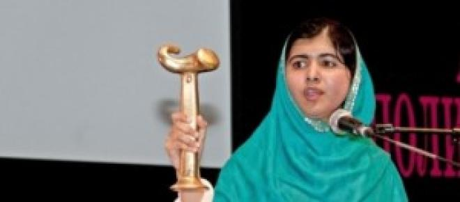 Malala Yousafzai recibiendo uno de sus premios