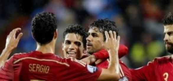Los compañeros felicitan a Costa por su gol