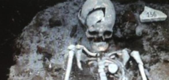 Trovato scheletro di un presunto vampiro