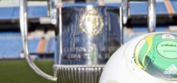 Balón y copa de la Copa del Rey