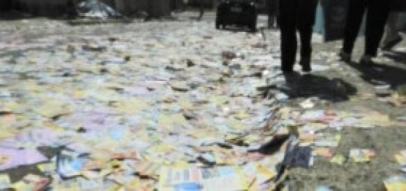 Panfletos jogados em via pública.