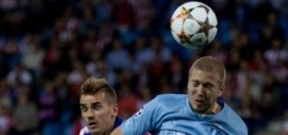 Griezzman intenta cabecear un balón