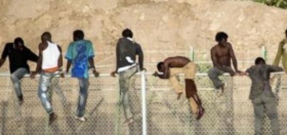Subsaharianos asaltando la valla de Melina