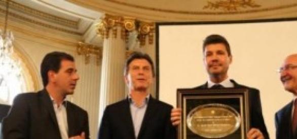 Tinelli expone su premio junto a Mauricio Macri
