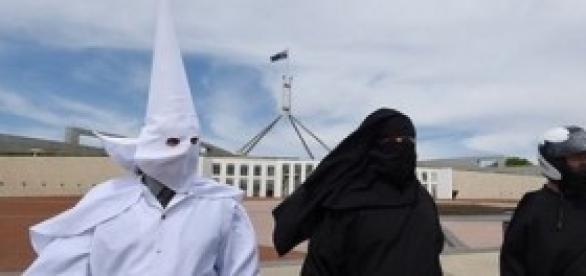 Homem KKK tenta entrar no Parlamento Australiano