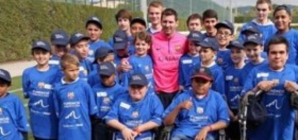 Messi y los niños que participaron del encuentro.