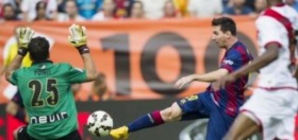 Imagen de un disparo de Messi en el partido
