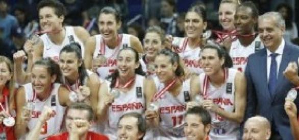 La Selección Española femenina celebrando la plata