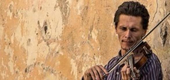 Musicien dans la rue inspirant le talent