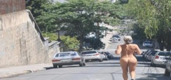Mulheres peladas correm em Porto Alegre.