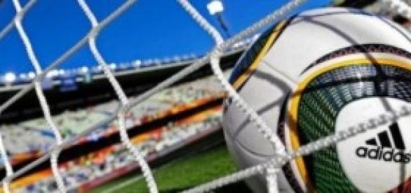 Ballon officiel de la FIFA au centre du but