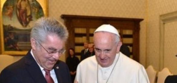 El Papa Francisco rifa todos los regalos recibidos