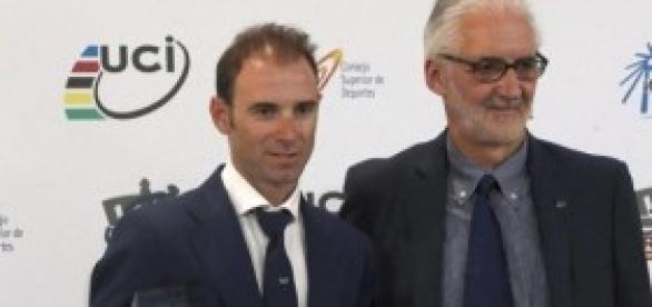 Alejandro Valverde recibiendo el premio