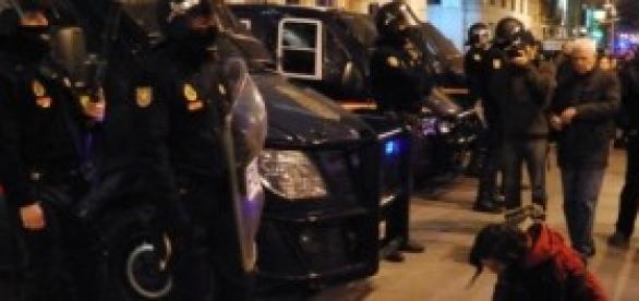 Policía preparándose para cargar en una protesta