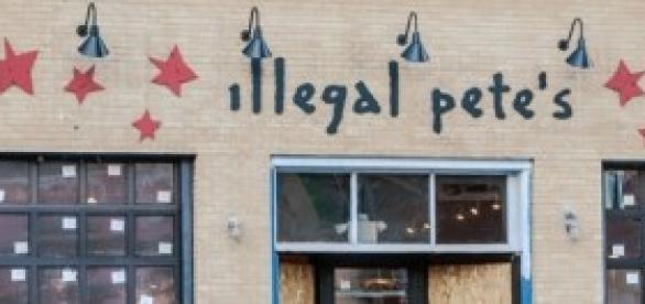 "Fachada de un restaurante ""Illegal Pete's""."