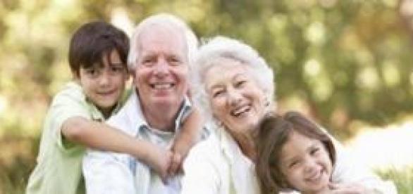 Pareja de abuelos disfrutando con sus nietos