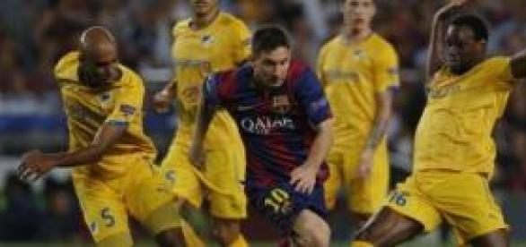 Messi, presionado por el APOEL. Foto: Al Día