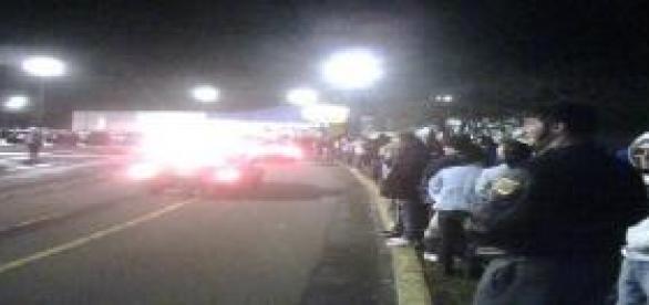 Pessoas enfrentando fila em busca de preços baixos