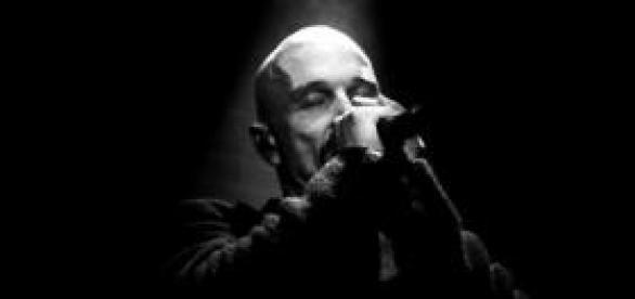 Tim Booth canta os maiores sucessos da banda