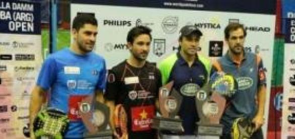 Campeones y finalistas con sus trofeos.