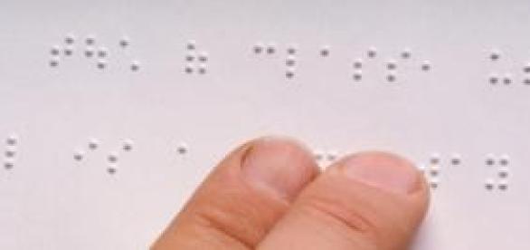 Unos dedos leen el sistema braille