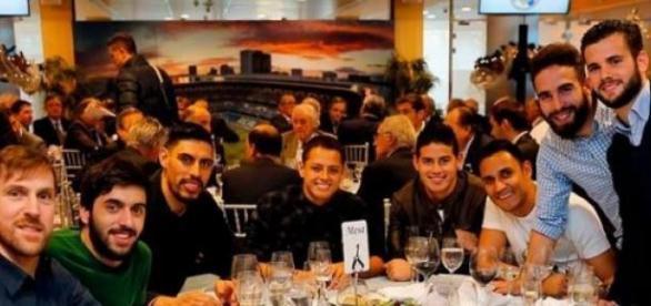 Dos mexicanos juntos en cena del Real Madrid