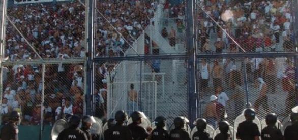 La policía aguantando a radicales durante un juego