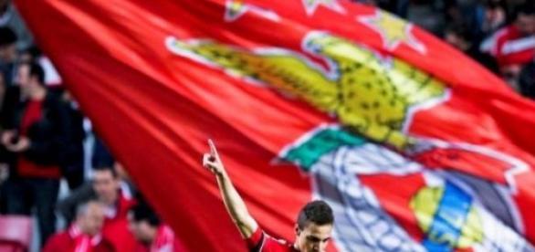 Benfica vence no Dragão e é lider isolado
