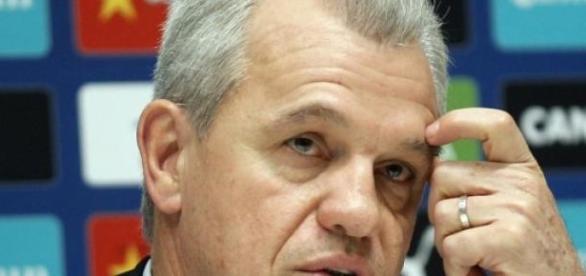 Javier Aguirre en problemas.