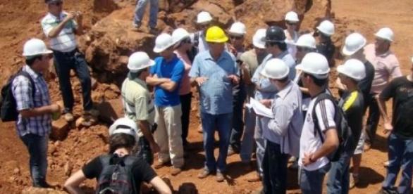Engenheiro trabalha na extração de minérios