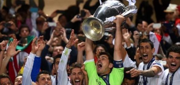 El Madrid, alzando la Décima. Foto: goal.com