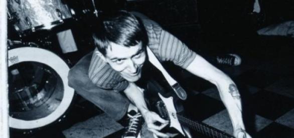 Młody Billy Childish z gitarą