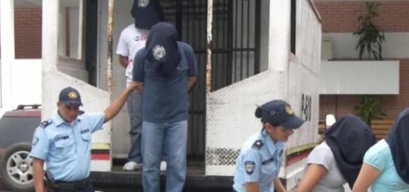 Sujetos detenidos por policías