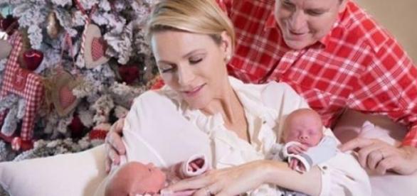Charléne y Alberto posan con sus hijos