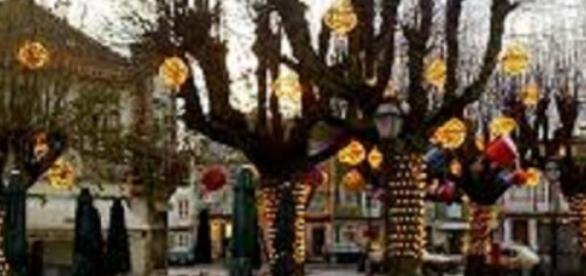 Plaza decorada para las fiestas de Navidad