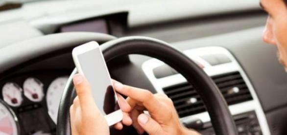 El textear provoca distracción al manejar un auto