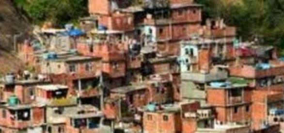 Famílias se aglomeram em favelas
