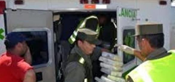 Los agentes sacando la droga de la ambulancia