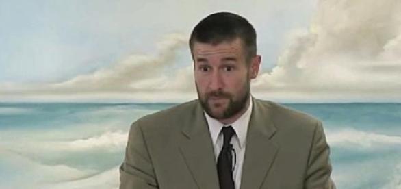 O pastor Steven Anderson num sermão.