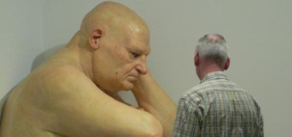 """Escultura """"Untitled (Big Man)"""" de Ron Mueck"""