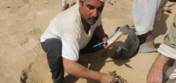 Homem escavando no suposto local do achado