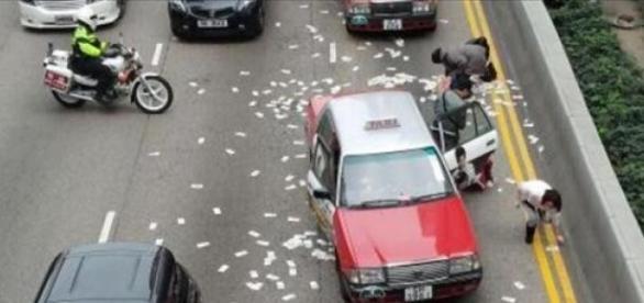 Lluvia de dinero en Hong Kong.