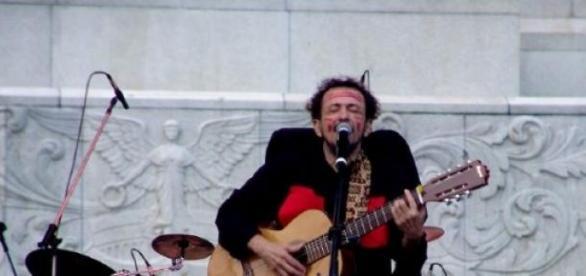 O cantor tropicalista Tom Zé em um de seus shows.