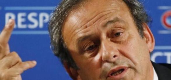 Platini sigue empecinado con la tarjeta blanca