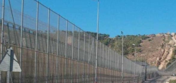 La valla fronteriza mide seis metros de alto.