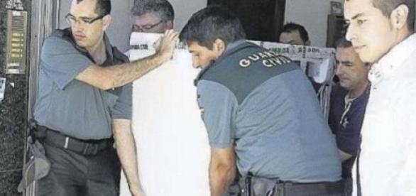 Agentes sacan el congelador con el cadáver dentro