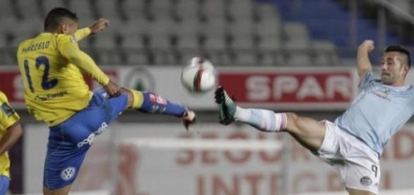 Balón disputado entre dos jugadores rivales