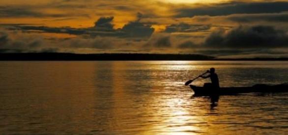 imagem de pescador na Amazônia